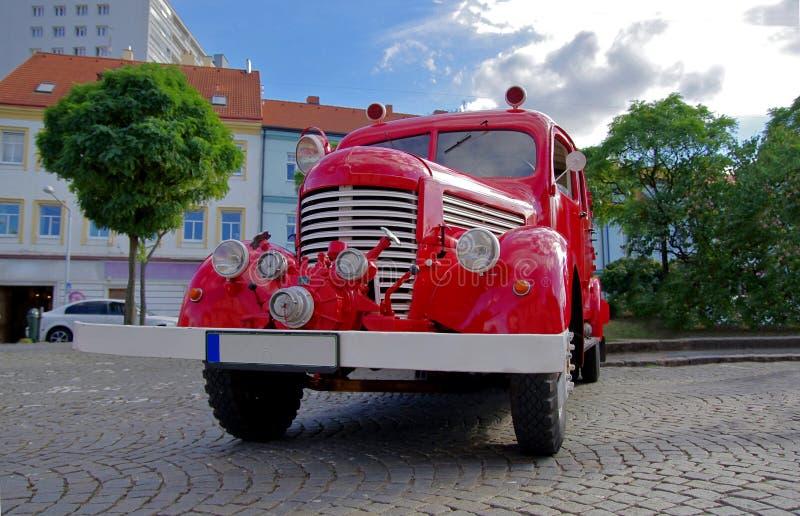 Retro brandvrachtwagen Vooraanzicht van rode firetruck stock afbeeldingen