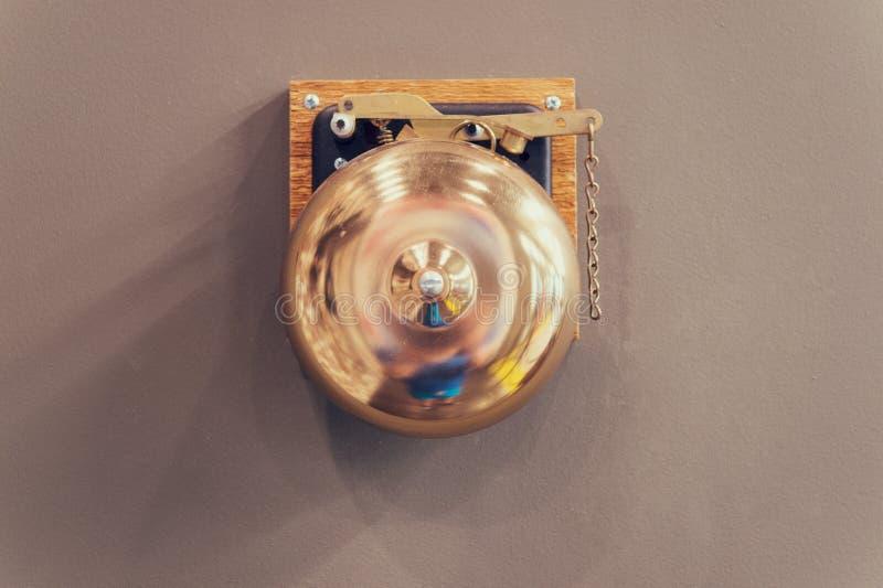 Retro- Bronzeklingel Verpackenklingel Weinleseklingellegierung alte Glockenklingel auf Wand Verpacken Bell Ergebniswarnung und ab stockfotos
