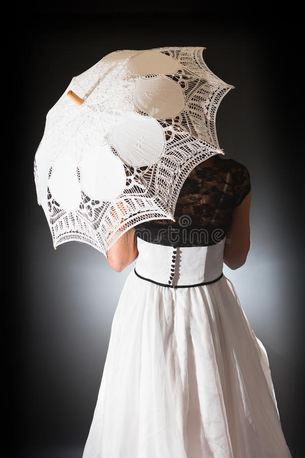 Retro bruid met kantparaplu royalty-vrije stock foto
