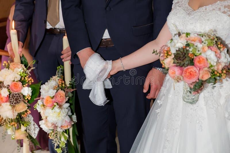 Retro bruidboeket met veelkleurige bloemen en huwelijkskaars royalty-vrije stock afbeeldingen