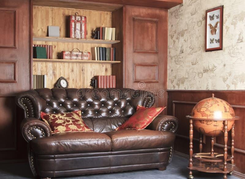 Retro bruine leerlaag, zitkamerwoonkamer stock afbeeldingen