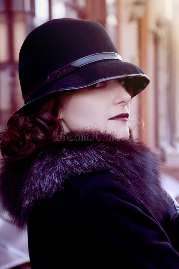 Retro brunett i hatten royaltyfria bilder