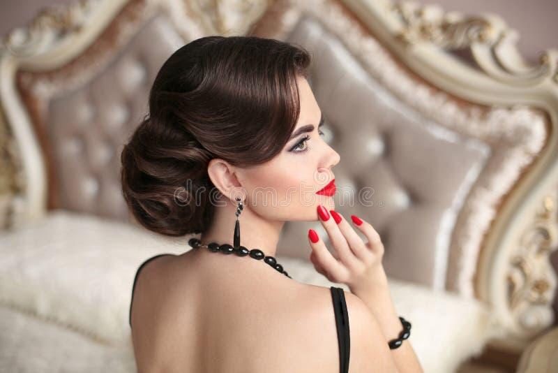 Retro brunett med röd kanthollywood makeup, modesmycken, arkivbild