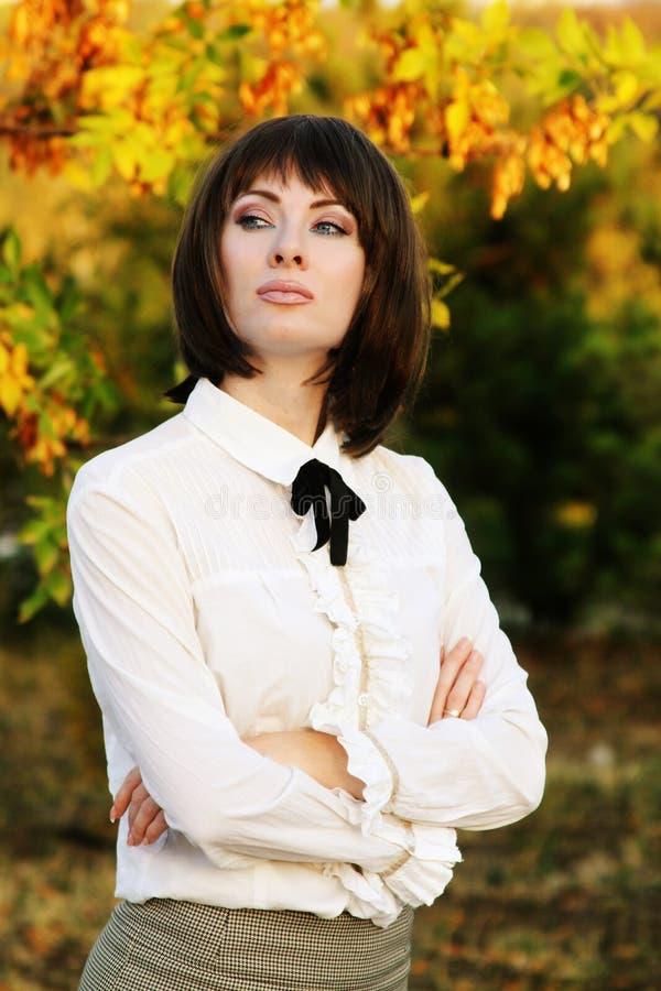 Retro- Brunettefrau im Herbstpark stockfotos