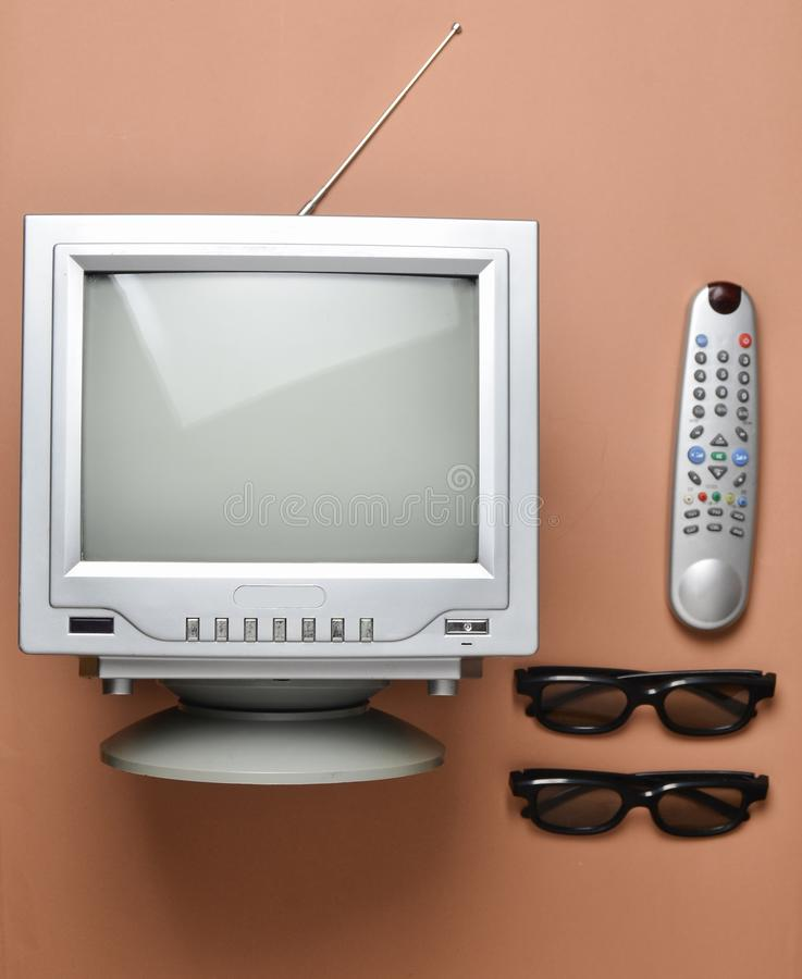 Retro buistv, 3d glazen en afstandsbediening op een bruine achtergrond Hoogste mening, uitstekende videotechnologie royalty-vrije stock foto's