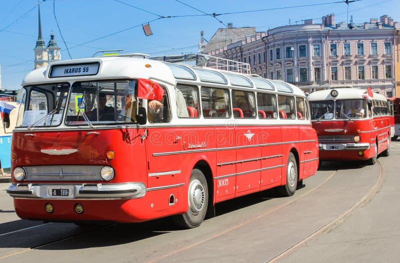 Retro bussar Ikarus rider ner gatan fotografering för bildbyråer