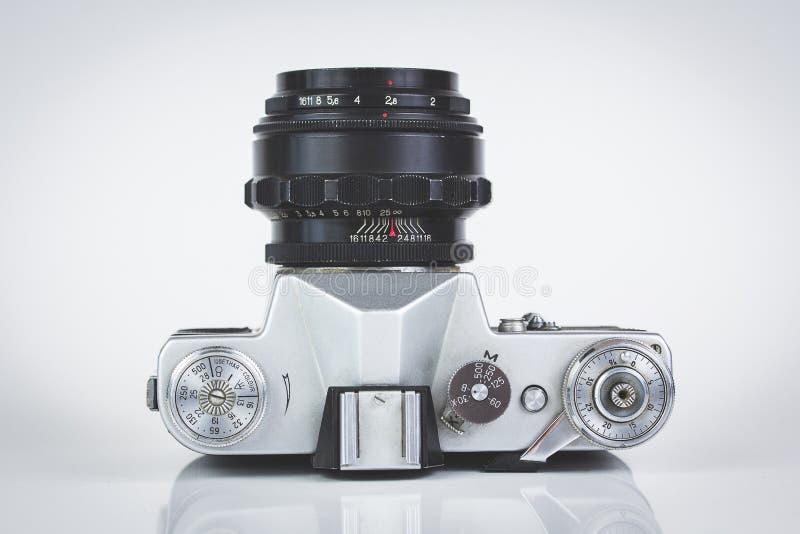 Retro camera die op wit wordt geïsoleerde stock foto