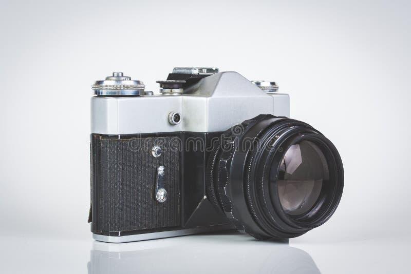 Retro camera die op wit wordt geïsoleerde royalty-vrije stock fotografie