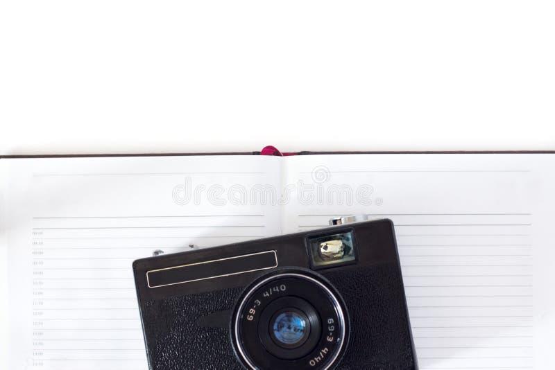 Retro camera en boek op houten achtergrond royalty-vrije stock afbeelding