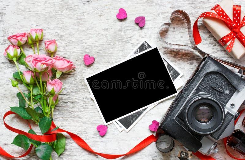 Retro camera met lege foto, rozen en giftdoos Valentijnskaarten DA stock afbeelding