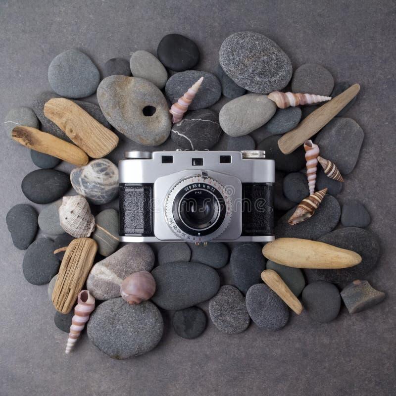 Retro camera met zeeschelpen op steenachtergrond Hoogste mening royalty-vrije stock fotografie