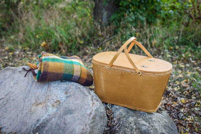 Retro canestro e coperta di picnic su roccia in legno for Piani di coperta in legno