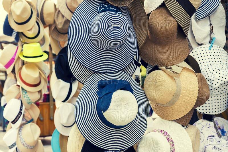 Retro cappelli di estate da vendere fotografia stock libera da diritti