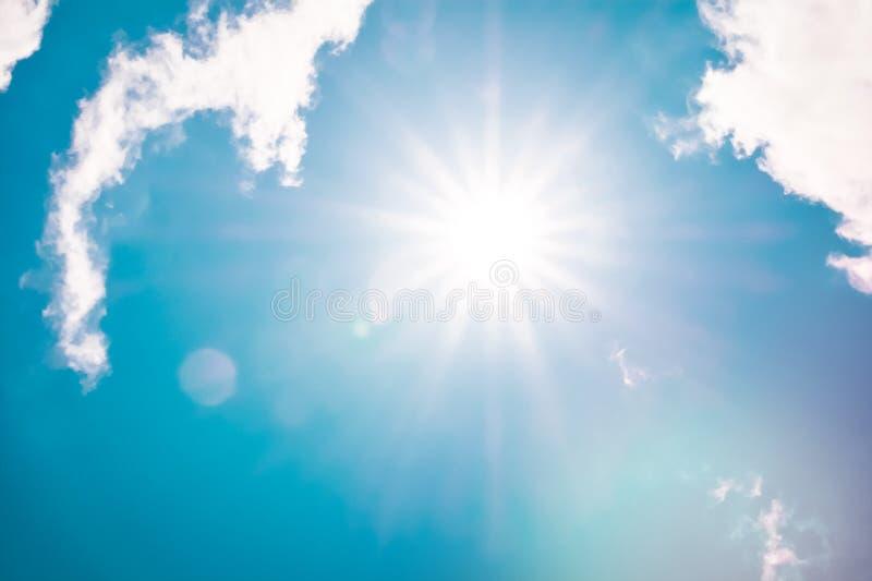 Retro cielo delle nuvole con i raggi di sole e stile di colore del cloudscape del chiarore del sole il retro del fondo lanuginoso fotografia stock libera da diritti