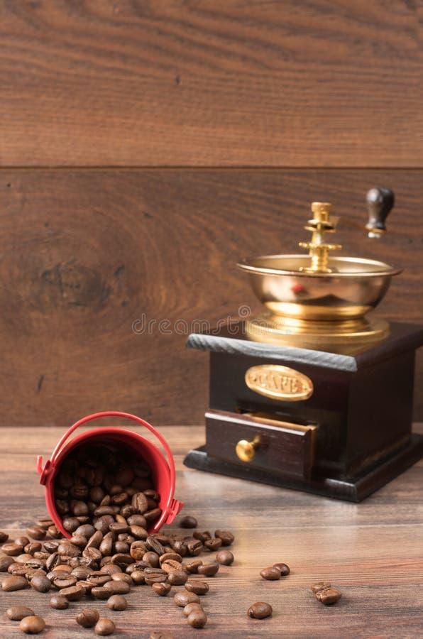 Retro coffiee ostrzarz, młyn i kawowe fasole, brown tło obraz royalty free