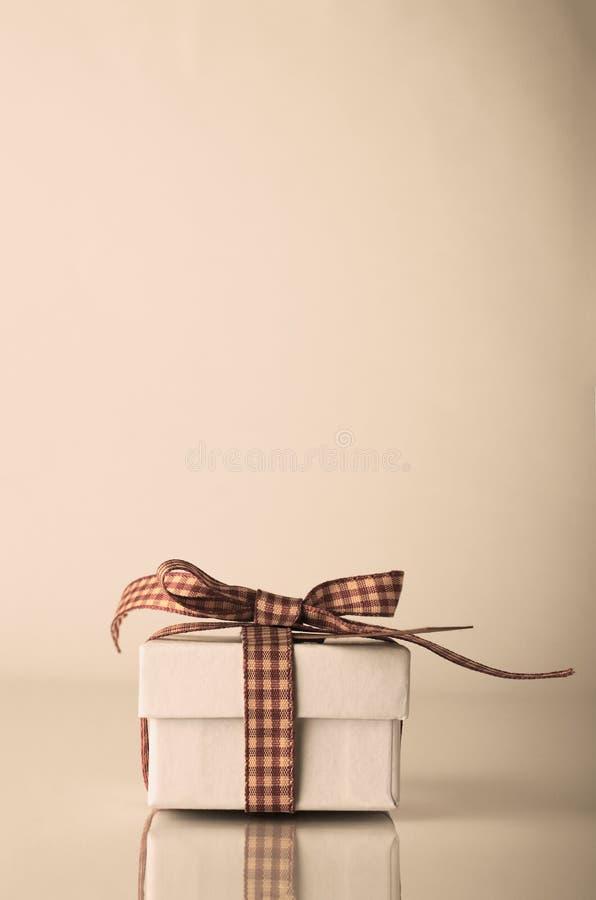 Retro contenitore di regalo di natale bianco legato con il nastro del percalle immagini stock
