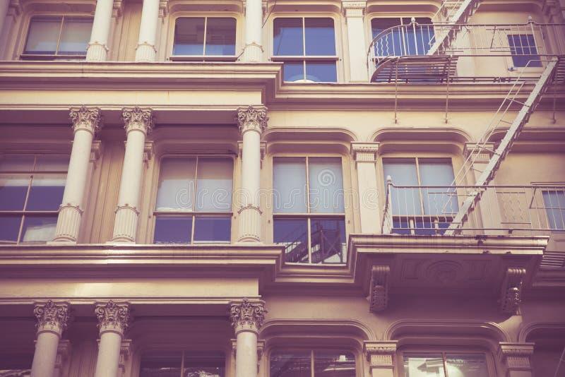 Retro costruzione di appartamento di New York di stile immagine stock