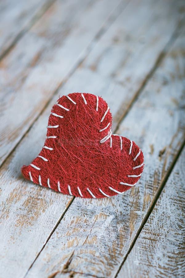 Retro cuore del biglietto di S. Valentino sul fondo di legno di lerciume fotografia stock