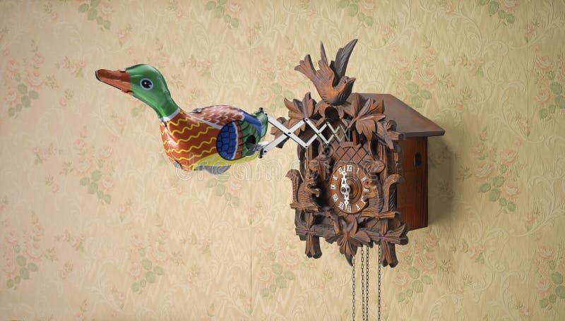 Retro cyny zabawki kaczki przybycie z kukułka zegaru obrazy stock