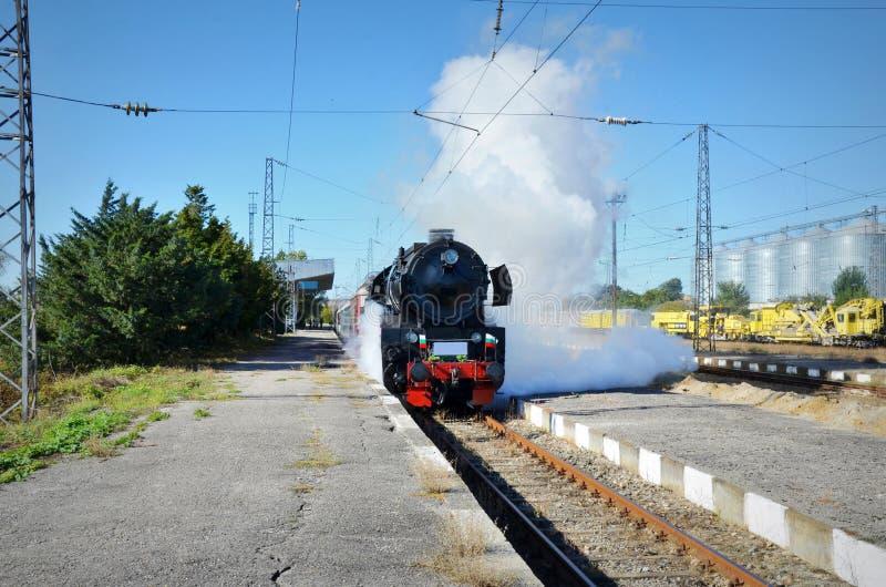 Retro- Dampfzug reist von der Eisenbahn ab stockbilder