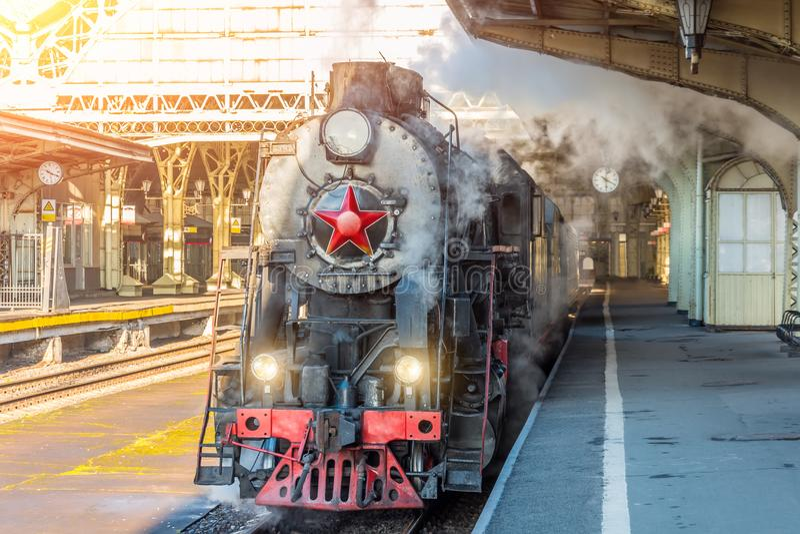 Retro- Dampfzug steht auf dem Bahnhof der Weinlese lizenzfreie stockbilder