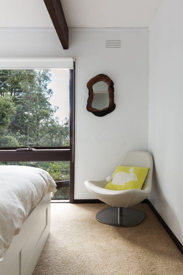 Retro de slaapkamerstoel van het strandhuis in hoek stock afbeelding