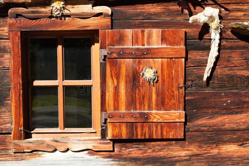 Retro decoratie en architectuurdetails van een alpiene hut royalty-vrije stock afbeelding