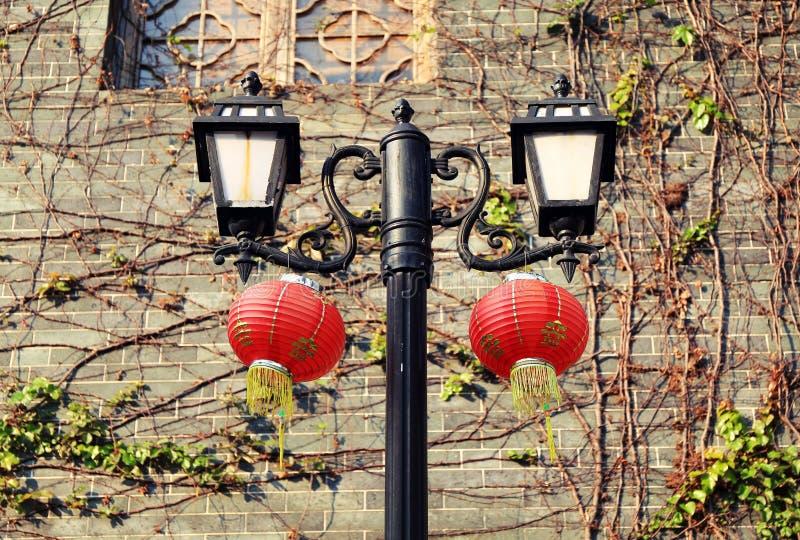 Retro decoratieve weglamp, uitstekende straatlantaarn, oude straatlantaarn met Chinese lantaarns royalty-vrije stock fotografie