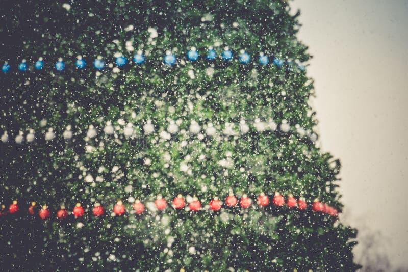 Download Retro dekorerad julgran fotografering för bildbyråer. Bild av säsongsbetonat - 106830559