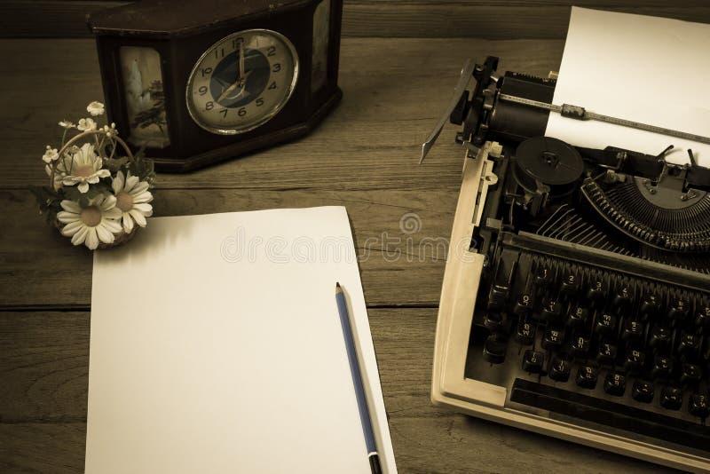 Retro desktop della macchina da scrivere con carta, effetto del filtro immagini stock
