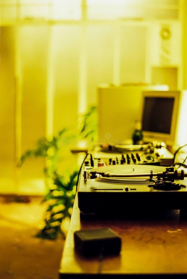 Retro discjockeyskivtallrikar och gammal dator royaltyfri foto