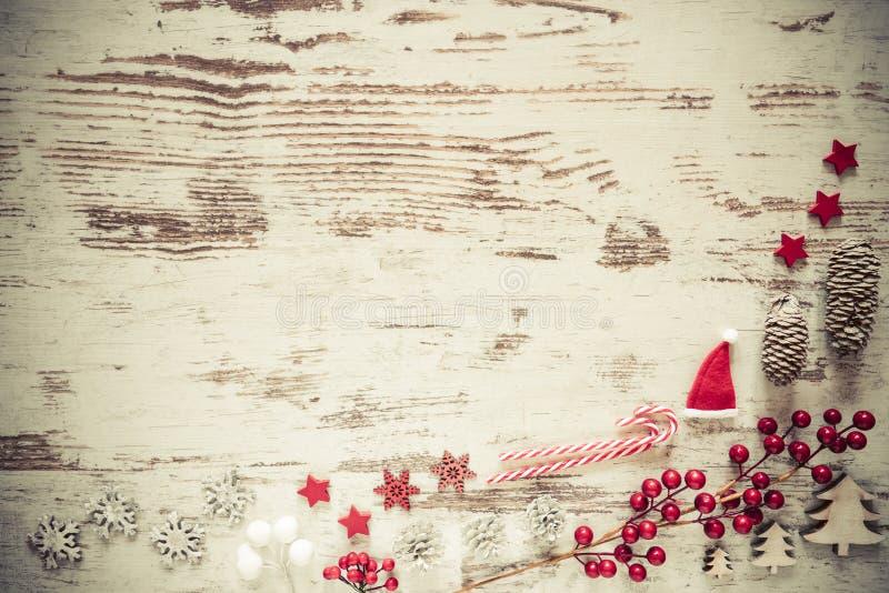Retro disposizione del piano, fondo di legno bianco, decorazione di Natale, spazio della copia fotografia stock libera da diritti