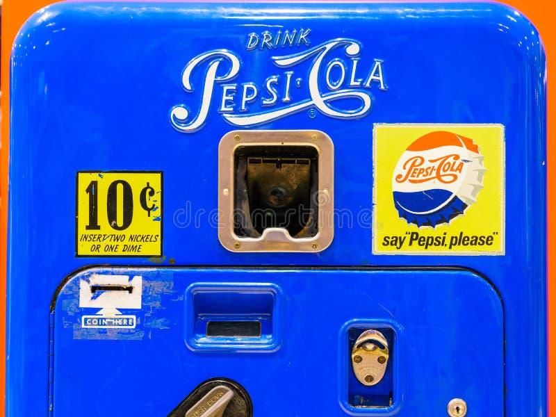 Retro distributore automatico di Pepsi-Cola fotografia stock libera da diritti