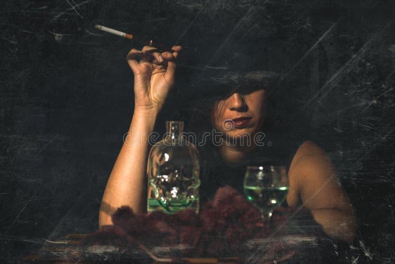 Retro donna con la sigaretta e l'alcool del boccaglio retro stile i immagini stock libere da diritti