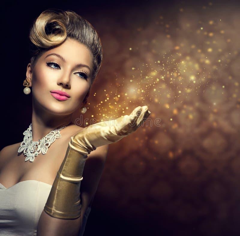Retro donna con magia in sua mano fotografie stock