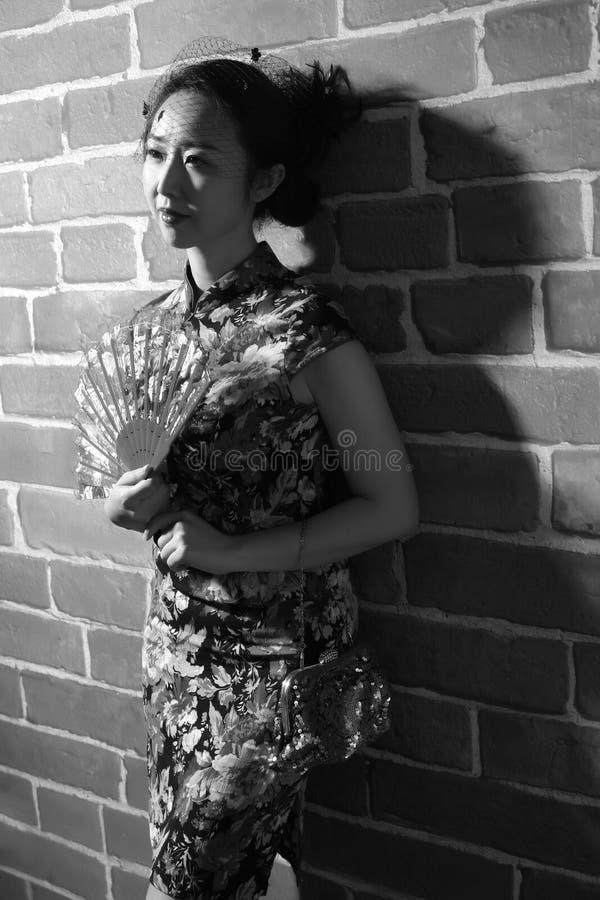 Retro donna del cheongsam di stile immagine stock