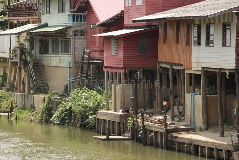 Retro Drewniany pławika dom - brzeg rzeki zdjęcie stock