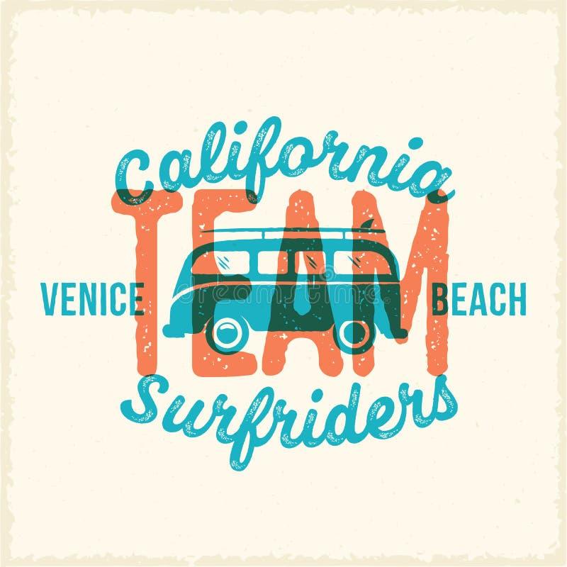 Retro- Druck-Art-surfender Vektor-Aufkleber oder Logo Template Brandung Van mit Surfbrett-und Weinlese-Typografie Verwitterter Bl stock abbildung