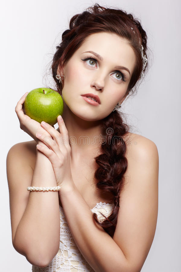 Retro dziewczyna z jabłkiem fotografia royalty free