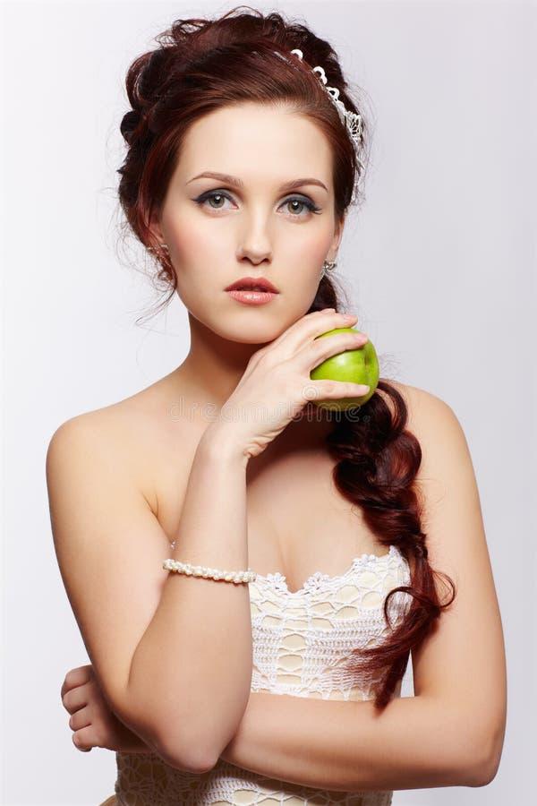 Retro dziewczyna z jabłkiem zdjęcie royalty free