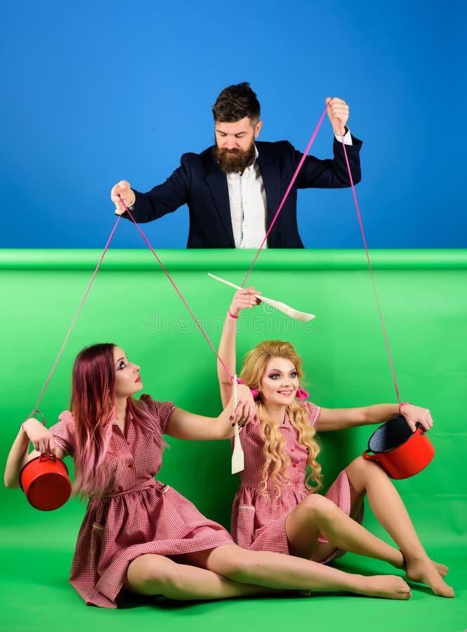 Retro dziewczyny i mistrz przy przyjęciem Gospodyni domowa kreatywnie pomysł Miłość Szalone dziewczyny i mężczyzna halloween rocz zdjęcie royalty free