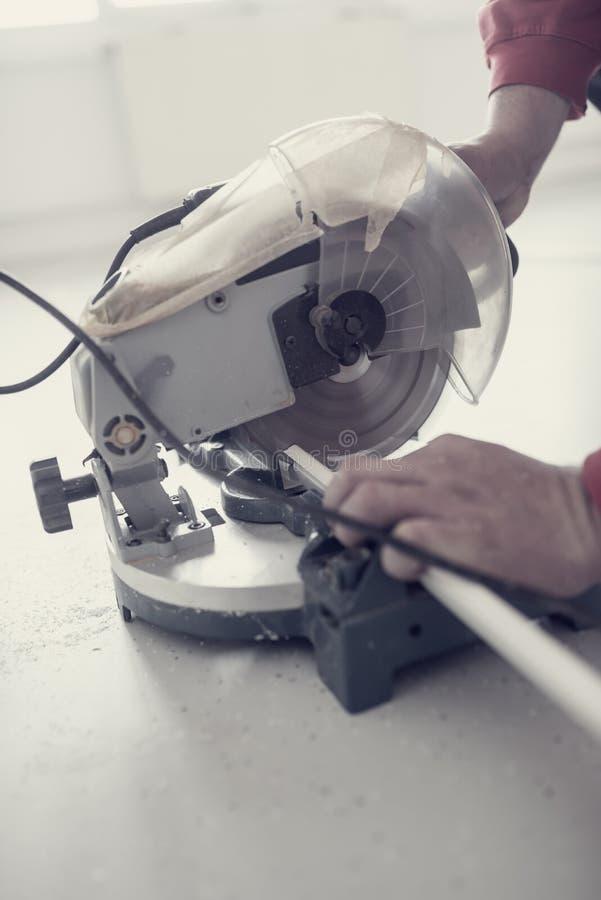 Retro effekt bleknade och tonade bild av en arbetare som använder en electri royaltyfri fotografi