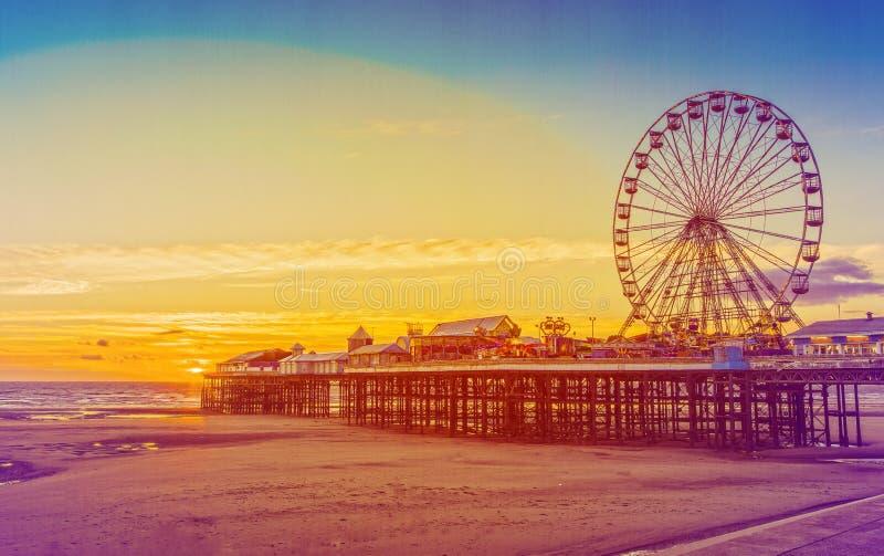 Retro- Effekt-Foto-Filter: Zentraler Pier Blackpools und Ferris Wheel, Lancashire, England, Großbritannien lizenzfreie stockbilder