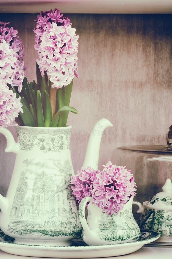 Retro- Einstellung mit rosa Hyazinthen lizenzfreie stockfotografie