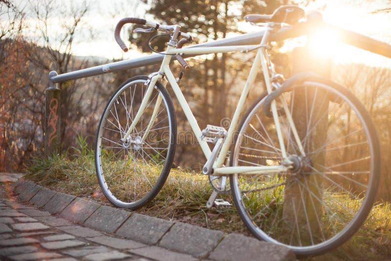 Retro- einzelnes Geschwindigkeitsrennfahrrad im Sonnenlicht stockfoto