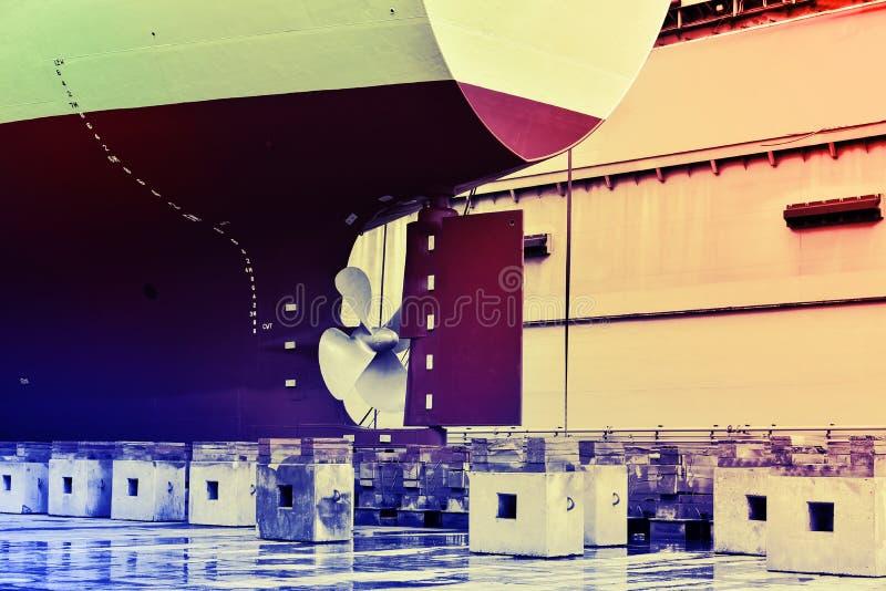 Retro elica di tono del filtro vicino su e nave da carico di riparazione nel bacino di carenaggio di galleggiamento fotografia stock