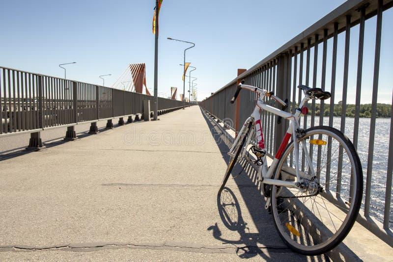Retro- Fahrrad auf einer Brücke Einzelnes Geschwindigkeitsfahrrad Daugava Teure Brücke lizenzfreies stockfoto