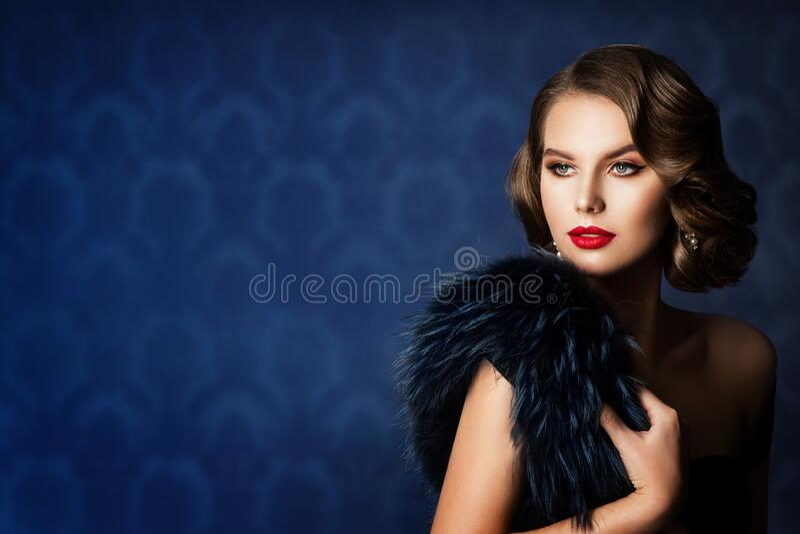 Retro Fashion Modelo Beleza Retrato, Velha Mulher Moda Compõe Cabelo foto de stock royalty free