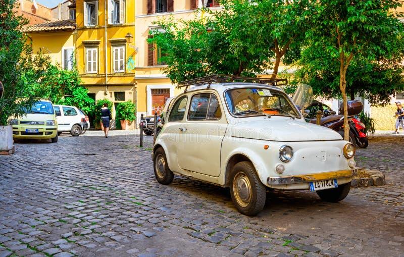 Retro Fiat 500 parkujący w Trastevere na Wrześniu 23, 2016 w Rzym obraz stock