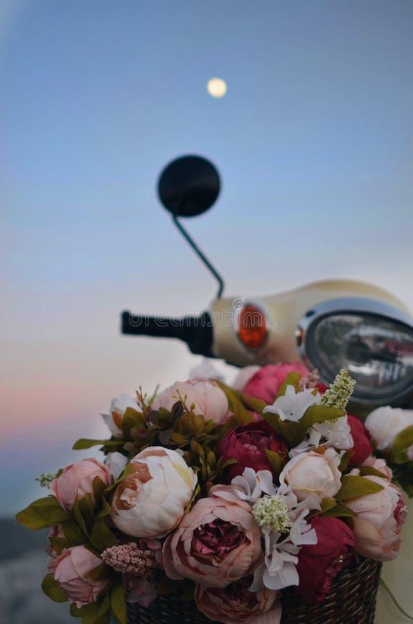 Retro fiets met bloemen Vespa stock afbeelding